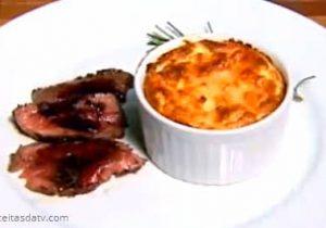 Rosbife de filé mignon com suflê de queijo