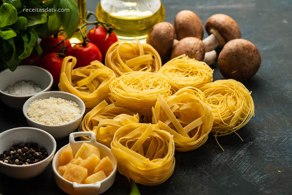 Tagliateli com gorgonzola, peras e nozes