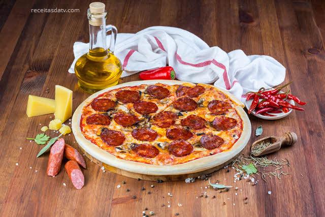 Pizza de calabresa com talos de agrião