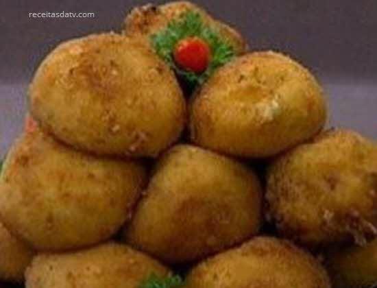 Bolinho instantâneo com macarrão instantâneo, muçarela e salame